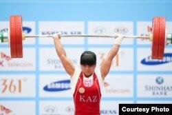 Лондон олимпиадасы чемпионы Зүлфия Чиншанло (53 кг) 132 килограмм салмақты серпе көтеріп, әлем рекордын жаңартқанымен, Азия ойындарының күміс жүлдегері атанды. Инчхон, 21 қыркүйек 2014.
