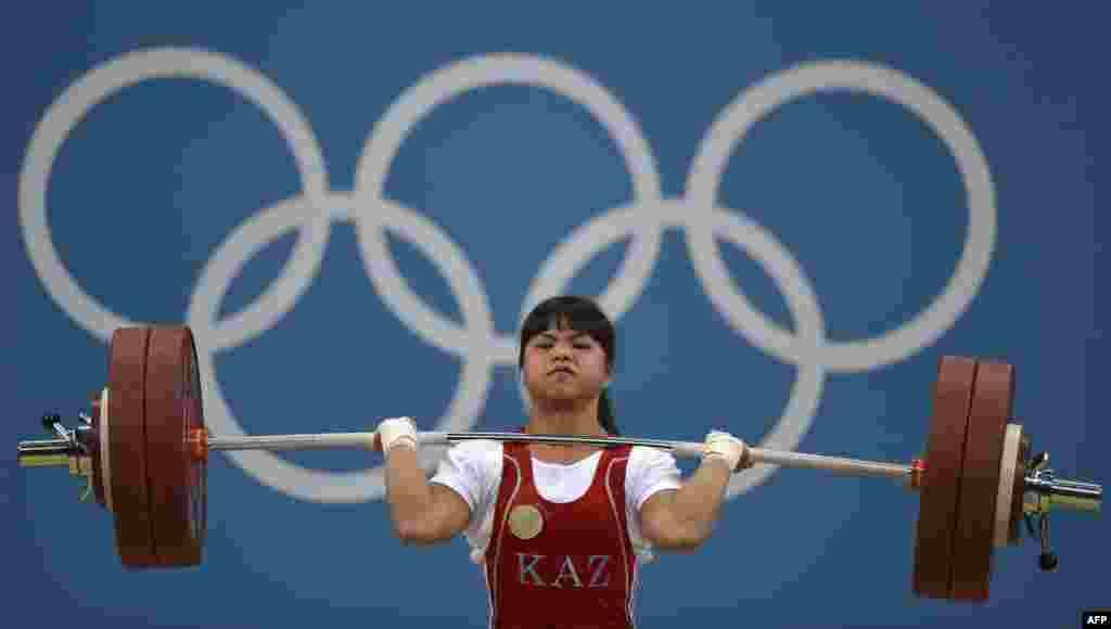 Штангистка из Казахстана Зульфия Чиншанло, выступающая в весовой категории до 53 килограммов, обновила собственный мировой рекорд 2011 года в толчке. Теперь он составляет 131 килограмм.