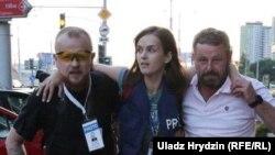 Журналистка Наталья Лубневская (в центре), ранена резиновой пулей 10 августа в Минске