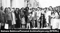 Проводи кримськотатарської сім'ї, відібраної владою за органабором, до Криму. Кінець 1960-х років