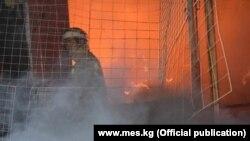 Пожарный во время тушения огня. Иллюстративное фото.