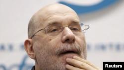 Борис Акунин сказал, что в одном помещении с Владимиром Путиным находиться пока не может