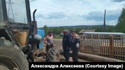 Кытыл-Дюра ауылы тұрғындары құрылыс басында тұр.