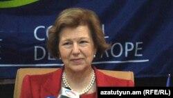 Глава наблюдательской миссии ПАСЕ Эмма Николсон на пресс-конференции в Ереване, 12 апреля 2012 г.