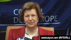 ԵԽԽՎ-ի դիտորդական պատվիրակության ղեկավար Էմմա Նիքոլսոնը Երեւանում կայացած ասուլիսի ժամանակ, 13-ը ապրիլի, 2012թ.