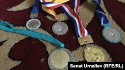 Медали футболиста Талгата Туреева в доме его матери Айнаш Туреевой. Уральск, 7 июля 2015 года.