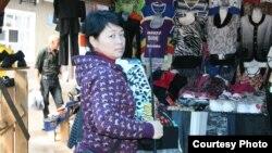 Чита шаарынын базарындагы кыргыз мигранты.
