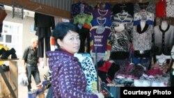 Орусия -- Чита шаарынын базарындагы кыргыз мигранты.