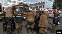 Кеншілер Распадский шахтасында құтқару операциясына дайындалып жатыр. Қарағанды облысы, 24 маусым 2010 жыл. (Көрнекі сурет)