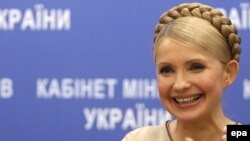 Юлія Тимошенко посміхається, щойно отримавши інформацію про рішення УЄФА, під час своєї прес-конференції в Києві, 11 грудня 2009 року