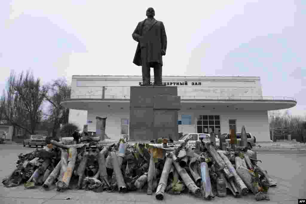 """Обломки снарядов, найденных в Первомайске - городе под контролем """"ЛНР"""""""