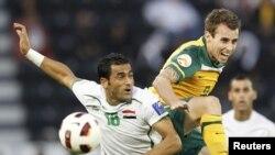 العراقي مهدي كريم مع الأسترالي ويلكشاير في صراع على الكرة