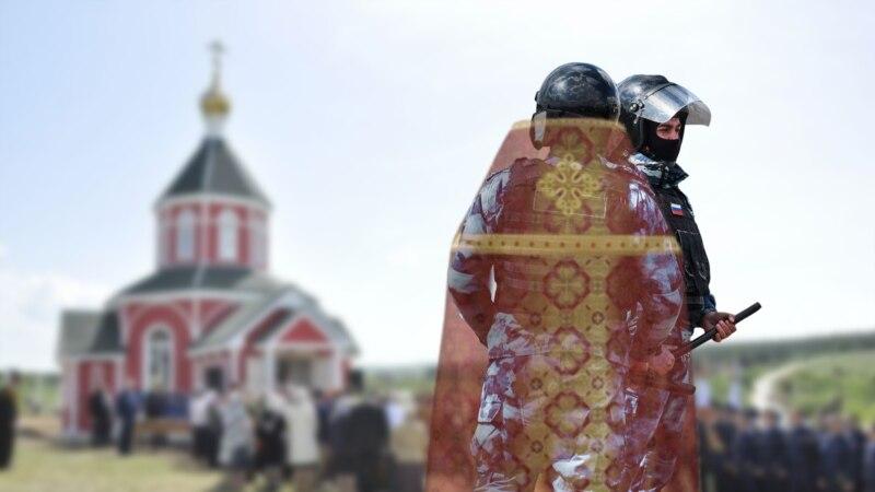 Инцидент у храма. Как в Севастополе люди в рясах и камуфляже задерживали журналистов