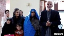 Шарбат Ґула (друга справа) з президентом Афганістану Ашрафом Гані, 9 листопада 2016 року