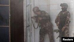Үндістан консулдығына шабуыл жасалған кезде қарулы адамдармен атысқан ауған арнайы жасағы жауынгерлері. Герат, 23 мамыр 2014 жыл.