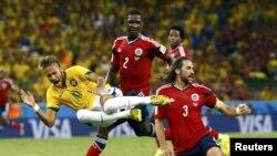 Звезда сборной Бразилии Неймар во время встречи со сборной Колумбии в четвертьфинале чемпионата мира 2014, 4.07.2014