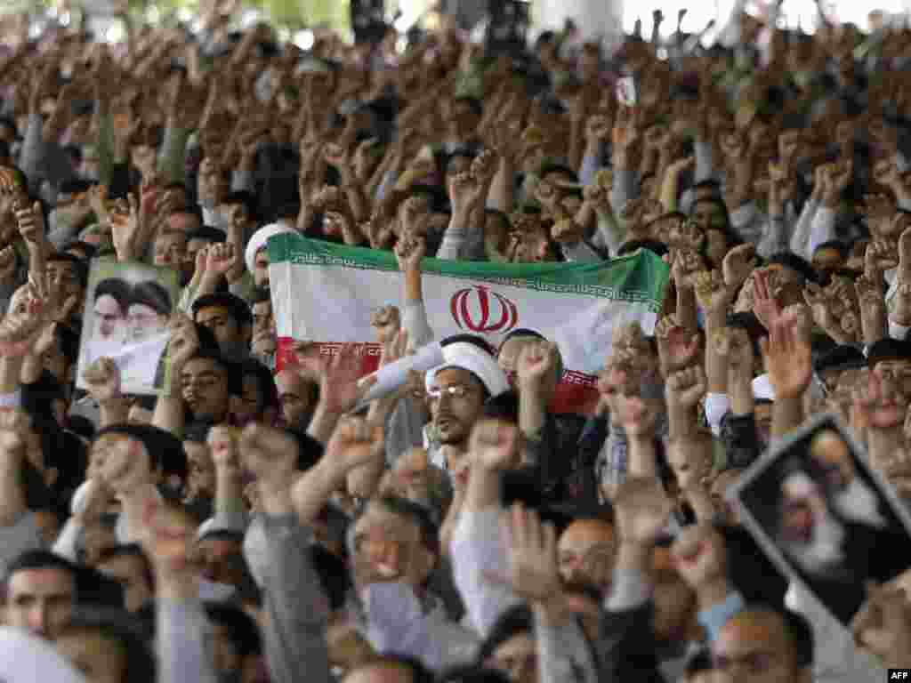 Iran - Sljedbenici - Sljedbenici iranskog vjerskog vodje na redovnoj sedmičnoj molitvi petkom, kada je zatražen prekid protesta.