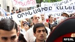 Օտարալեզու դպրոցների բացումը հնարավոր դարձնող օրինագծի դեմ բողոքի ցույցերից մեկը Երեւանում: 24-ը հունիսի, 2010 թ.: