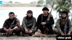 """Гүлмурод Халимов (оңдон экинчи) Сириядагы тажикстандык """"жихадчылар"""" менен"""