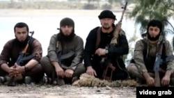 Бывший командующий ОМОНом МВД Таджикистана Гулмурод Халимов (второй справа) в пропагандистском видеоролике ИГ.