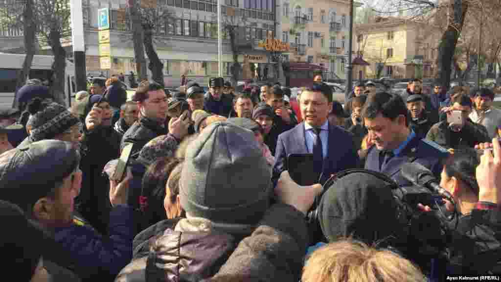 Вышедший из офиса партии человек, представившийся руководителем местной партийной организации, предложил собравшимся высказать свои требования внутри здания. Среди людей, отказавшихся пройти в здание, раздавались крики: «Пусть Назарбаев уйдет».