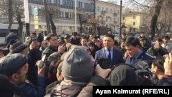 Незадолго до задержаний — прокуроры заявляют собравшимся у офиса партии «Нур Отан», что их собрание является «несанкционированной акцией». Алматы, 27 февраля 2019 года.