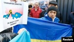 На відміну від МЗС Казахстану, люди вийшли на протест проти дій Росії в Україні. На фото акція протесту під генеральним консульством Росії в Алмати, 3 березня 2014 року