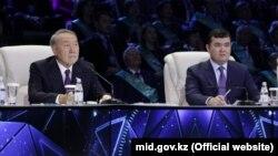 Казак президент Нурсултан Назарбаев инвестиция жана өнүгүү министри Женис Касымбек менен, Астана, 6-декабрь 2017-жыл.
