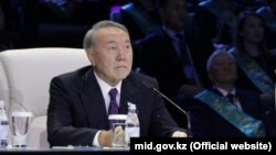Президент Казахстана Нурсултан Назарбаев во время «общенационального телемоста» по так называемой карте индустриализации. Астана, 6 декабря 2017 года.