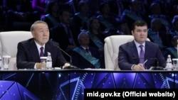 Қазақстан президенті Нұрсұлтан Назарбаев (сол жақта) телебайланыс арқылы жаңа экономикалық жобаларды ашу рәсімінде отыр. Астана, 6 желтоқсан 2017 жыл