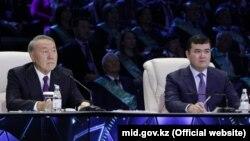 Қазақстан президенті Нұрсұлтан Назарбаев инвестиция және даму министрі Жеңіс Қасымбекпен бірге телебайланыста отыр. Астана, 6 желтоқсан 2017 жыл.