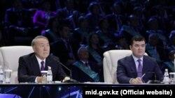Президент Казахстана Нурсултан Назарбаев (слева) и министр по инвестициям и развитию Казахстана Женис Касымбек на «общенациональном телемосте». Астана, 6 декабря 2017 года.