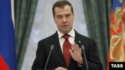 В этот раз Медведев не скрывал дистанции между собой и присутствующими и выступал с трибуны