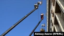 В зал заседаний со стороны улицы для съемок фильма «В эпицентре мира» были направлены осветительные приборы, поднятые при помощи телескопических стрел. Алматы, 19 декабря 2017 года.