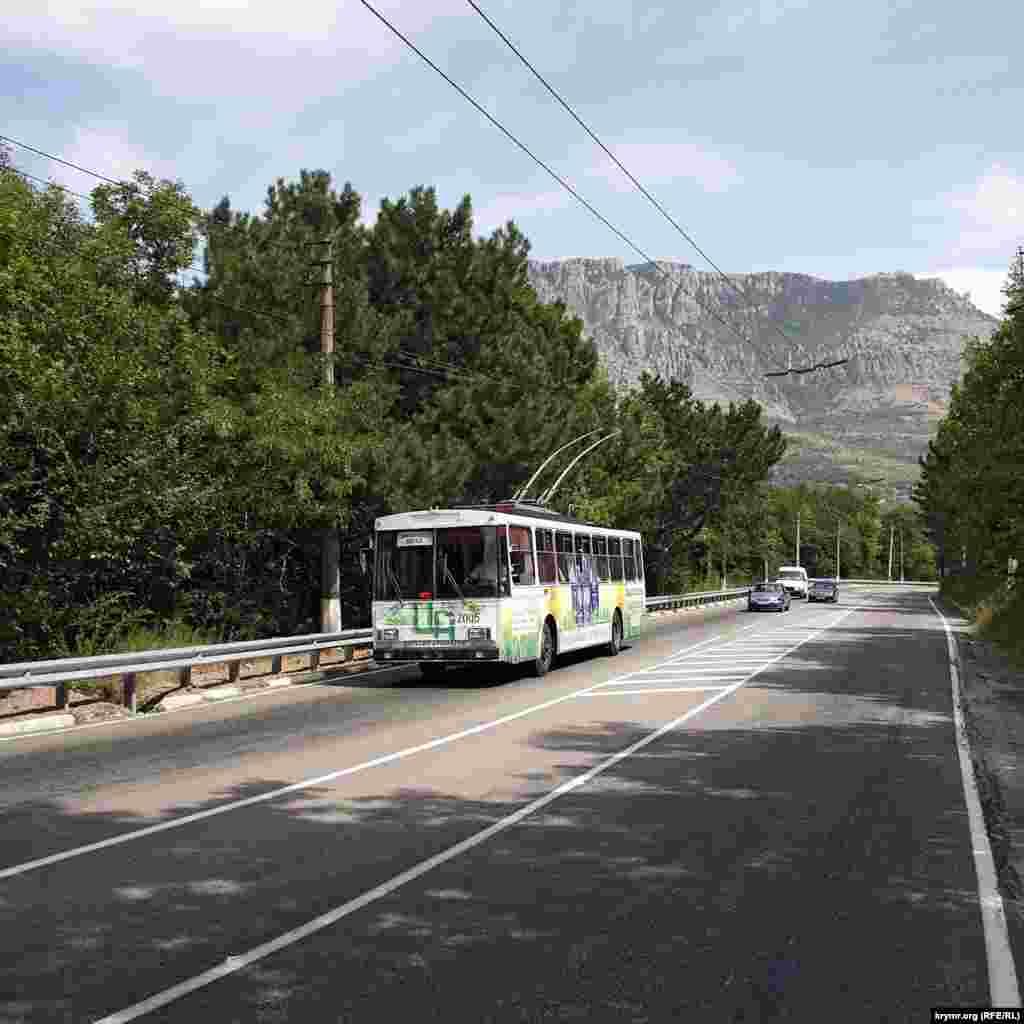 Траса Сімферополь - Ялта в районі повороту на Лучисте, на задньому фоні - гора Демерджі. Машин небагато.