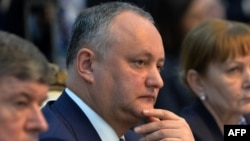 Moldovan President Igor Dodon (center) has touted the Eurasian Economic Union as an alternative to the EU. (file photo)