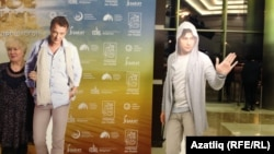 Тамашачылар Марат Бәшәров белән Шамил Хаматов рәсемнәре янында фотога төштеләр