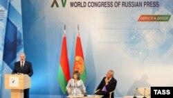 Аляксандар Лукашэнка выступае падчас XV Усясьветнага кангрэсу расейскай прэсы ў Менску, чэрвень 2013 году