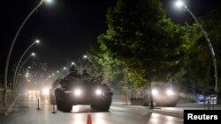 В день попытки госпереворота по улицам Стамбула передвигалась военная техника.