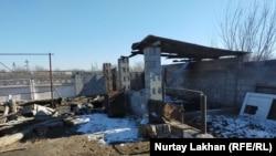 Сгоревший сарай во дворе Турсынай Зияудун. Алматинская область, 20 февраля 2020 года.