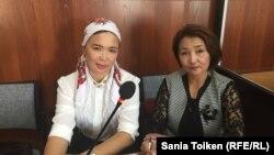 Айгүл Ақбердиева (сол жақта) мен адвокаты Жанар Сүндетқалиева.