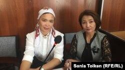 Жительница города Актау Айгуль Акберди (слева) в суде по ее делу с адвокатом Жанар Сундеткалиевой. Актау, 2 октября 2018 года.