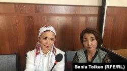 Айгүл Ақбердиева және оның заңгері Жанар Сүндетқалиева. Ақтау, 2 қазан 2018 жыл