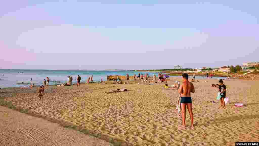 Отдыхающих на пляже можно сосчитать по пальцам