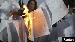 Демонстрантите во Атина ги палеа сметките во кои беа вметнати новите давачки како дел од мерките за штедење