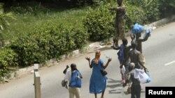 Civili prolaze pored vojnika koji su za Gbagboa u blizini predsedničke palače u Abiđanu