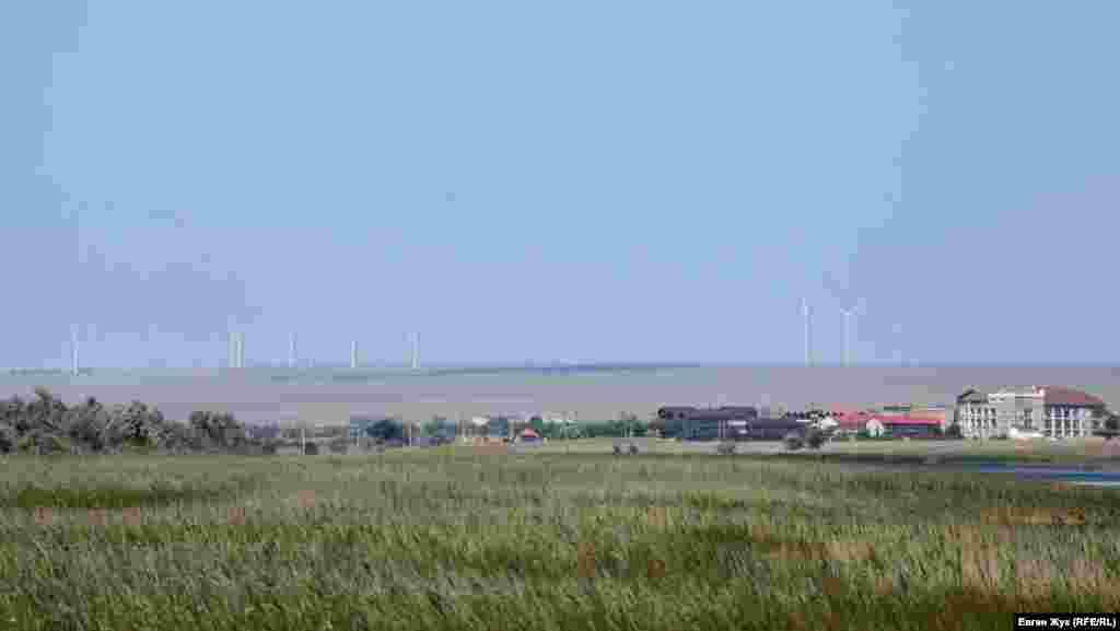 Вдалині видніються вітряки Тарханкутської вітроелектростанції (ВЕС)