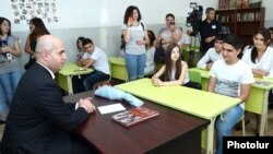 Armenia - Education Minister Armen Ashotian visits a public school in Yerevan, 1Sep2015.