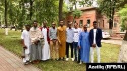 Тукай урамындагы җәмигъ мәчетенә килгән студентлар