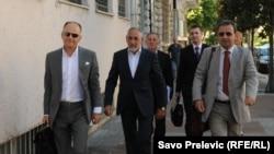 Grupa optuženih i advokata u slučaju Zavala ispred Višeg suda u Podgorici, juni 2011.